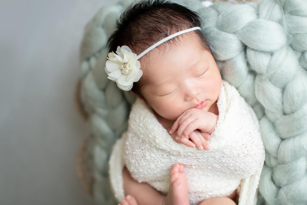 ニューボーンフォトとは?生まれたてを残せる魅力・メリットと注意点  6番目の写真